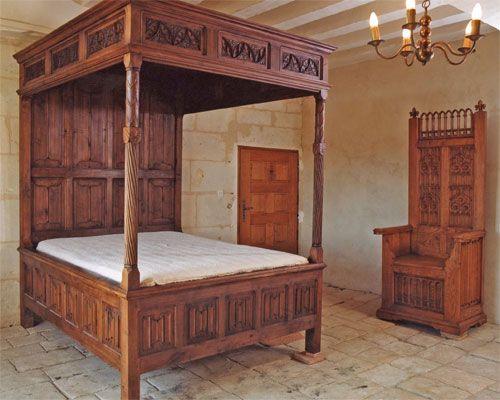 Cama medieval con dosel y cuatro columnas y banco en un dormitorio de un castillo renacentista. La cama se cubría con gruesos tejidos que la aislaban del frío.  #Esmadeco.