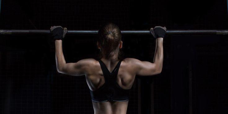 Так уж сложилось физиологически, что верхняя часть тела у женщин гораздо слабее, чем у мужчин, и некоторые упражнения даются девушкам труднее, чем парням. Именно к таким упражнениям относится подтягивание. Хотите научиться подтягиваться? Читаем статью, тренируемся и пробуем, пока не получится. ;)