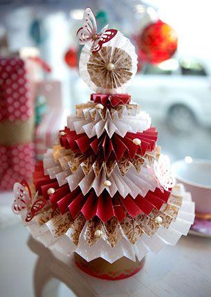 5 Mini árvores de natal feitas de vários materiais, esta da foto é de rosetas de papel, para enfeitar a casa