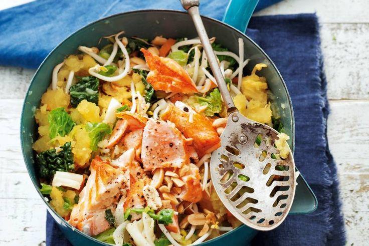 Zoete-aardappelstamppot met zalm, kool en pinda