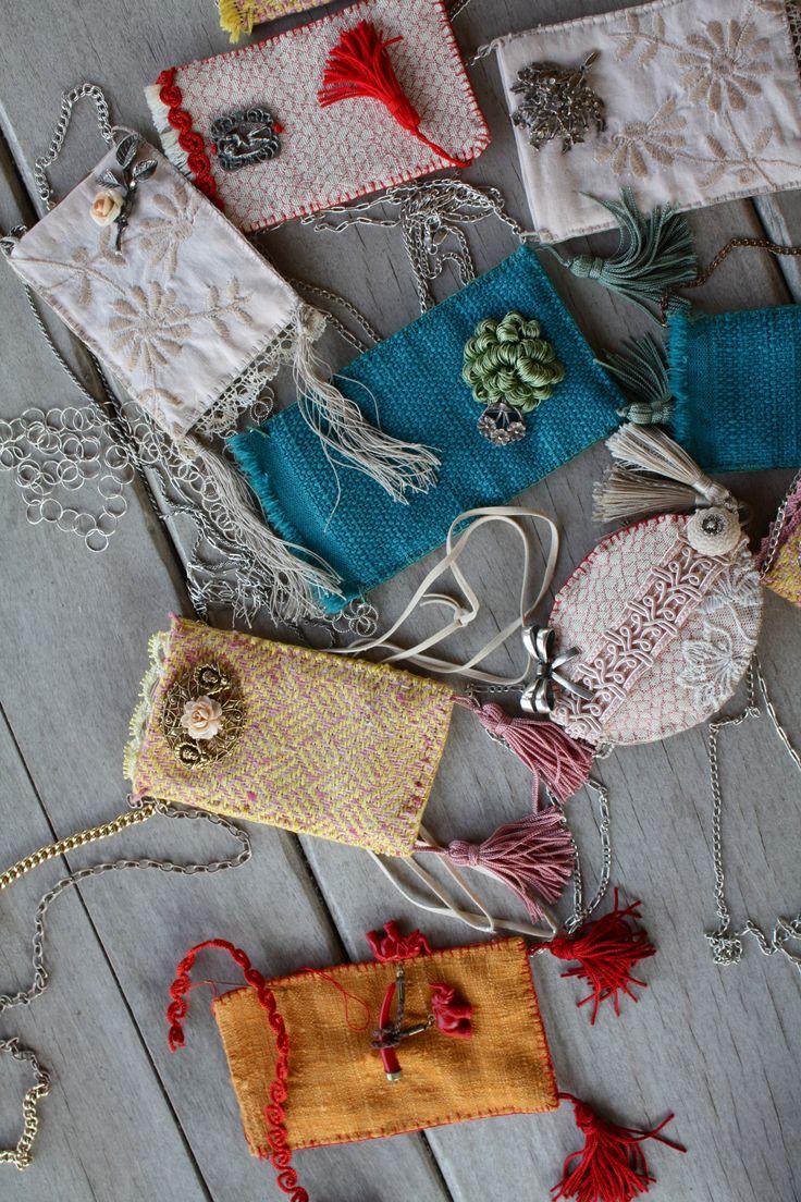 collane realizzate con tessuto, nappini e spille vecchie trovate nei mercatini. all'interno un santino con immagine sacra. si rifà alla tradizione  dello scapolare che le nostre nonne portavano appuntati sul cuore sotto gli abiti.