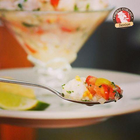 ¿Qué tal una entrada para tu almuerzo de hoy? Te recomendamos un delicioso #CevicheDePescado con limón. ¡Es uno de nuestros favoritos! #FuegoCubano #Recomendado