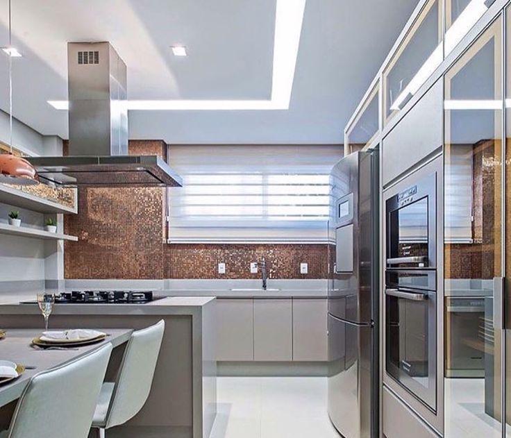 Cozinha na cor fendi, com vidro reflecta bronze. Achei linda essa
