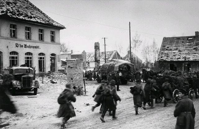 1945, Allemagne, Koenigsberg, Des soldats russes traversen…   Flickr