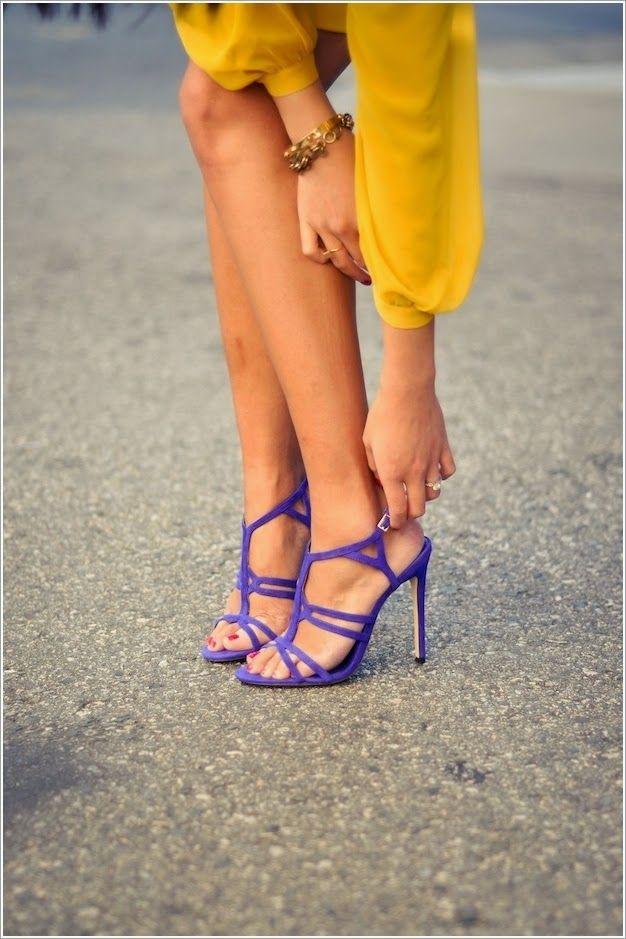 Parlak renkli yüksek topuklu sandaletler