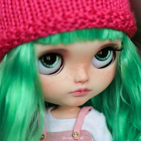 Trochu Verde má zelené oči 👀 {mj 😉} #blythe #blythedoll #customblythe #dollstagram # ブ ラ イ ス #greeneyes #art #doll #dollphotography #bluebutterflydolls #toyartistry