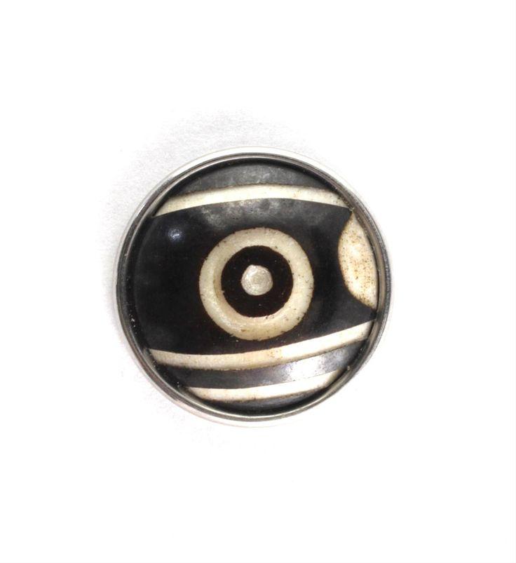 Noosa chunk ONE EYED DZI. Deze chunk staat voor positieve spiritualiteit en bescherming. Daar staat de dzi kraal in Tibet voor. Dzi betekent letterlijk: stralen, helderheid en pracht - NummerZestien.eu