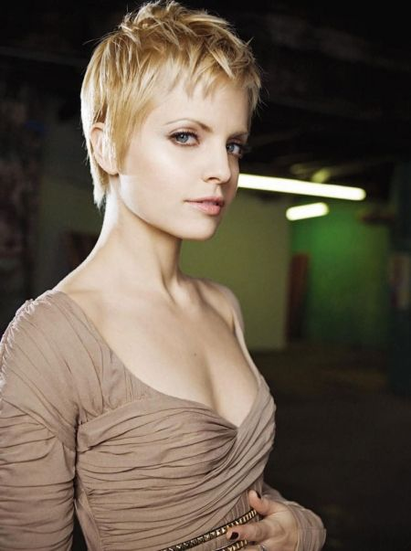 pixie short hair cut, mena suvari, like angelina´s short hair :) nice color