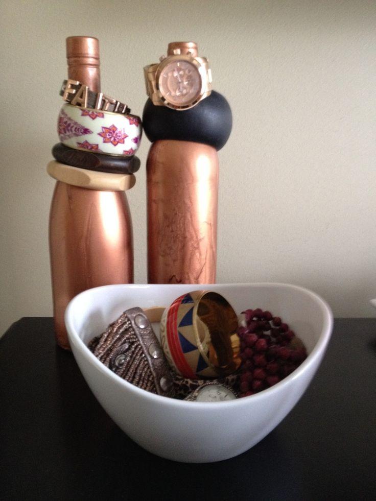 Oude wijnflessen hergebruiken? Maak er een leuke sieradenstandaard van!
