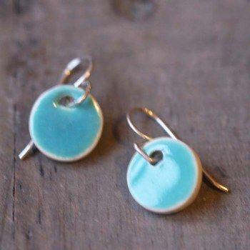 Mini boucles d'oreilles en céramique turquoises du céramiste Eric Bonnin pour l'Atelier des Bijoux Créateurs