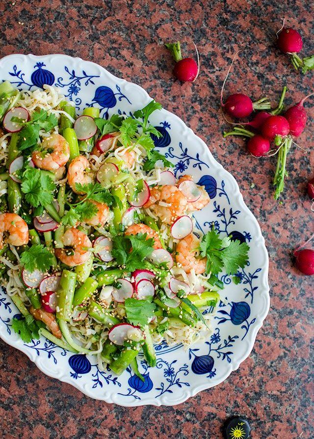 Perunabluussia: Nuudelisalaatti parsalla ja katkaravuilla
