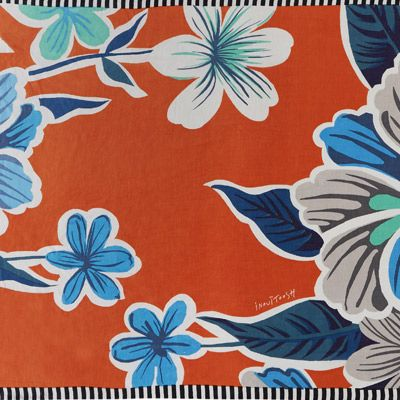MARCUS ORANGE : fleurs hawaïennes qui donnent des envies d'ailleurs! Les couleurs vives invitent au voyage, alors que les bordures contrastées noir et blanc jouent la douceur et l'élégance. Un beau mix pour l'été! Format généreux avec une légéreté vaporeuse coton-lin, à porter en écharpe ou en paréo. Composition: 50% lin, 50% coton  Dimensions : 100*200cm  Entretien : Nettoyage a sec