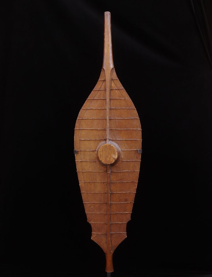A classic, early, Nias shield. Light wood reinforced with rattan binding.  2 500 €