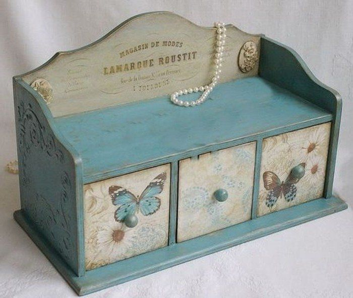 une boite a bijoux vintage, nuances bleues prédominantes, collage de serviette à motifs naturels charmants