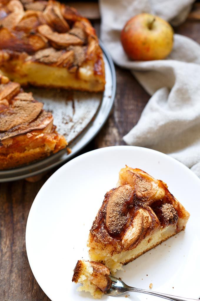 Saftiger Apfelkuchen mit Apfelmus. Dieses Rezept ist leichter als normaler Apfelkuchen, vollgepackt mit Äpfeln und Zimt und super einfach! - Kochkarussell.com