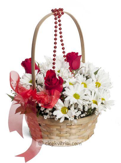 Çiçek sepeti içerisinde 3 gül ve krizantem doğum günü için çiçek siparişi ver http://www.cicekvitrini.com/cicekler/dogum-gunu-cicek