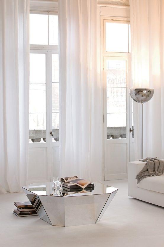 Sobert och avskalat med vita våder från tak till golv. Tips - kika in Gotains vita skira linnegardiner, eller varför inte sammetsgardiner?