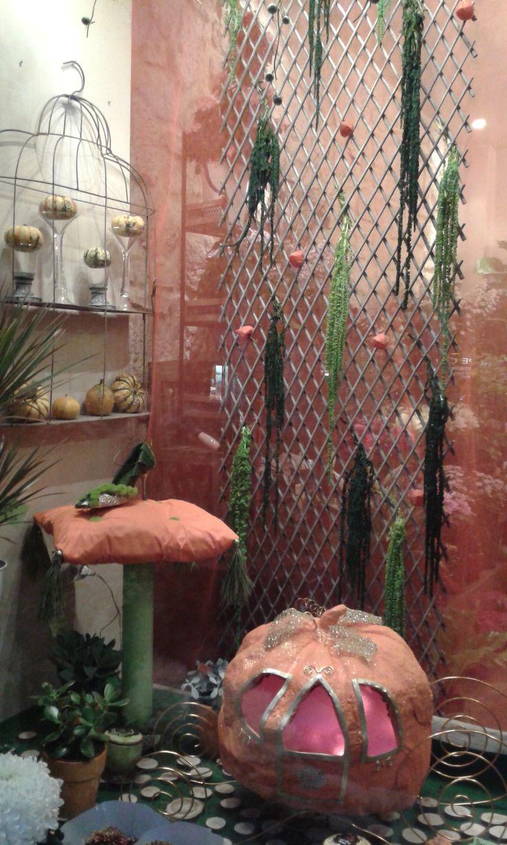 vitrine halloween version cendrillon. escarpin végétal, carrosse et coussin en papier maché