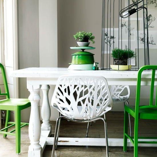 Vieja mesa pintada de blanco + Sillas pintadas de verde + sillas blancas + toques de verde en los accesorios...resultado muy fresco!