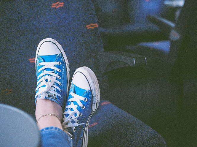 Последние модные показы продемонстрировали несколько моделей ножных браслетов, а также то, как и с чем их лучше всего сочетать. Так, дизайнеры Chloe в качестве аксессуара на ноги представили тонкие золотые цепочки и предложили комбинировать их с яркими пляжными шлепанцами
