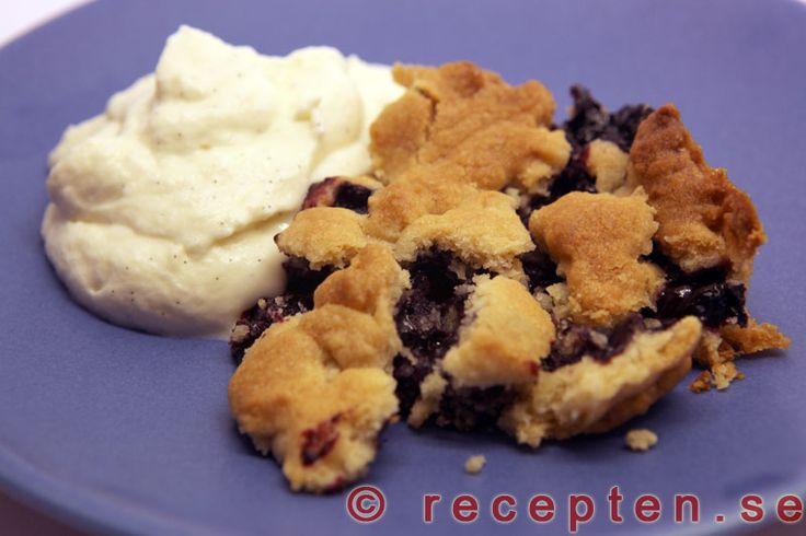 Blåbärspaj - Ett recept på en riktigt god och enkel blåbärspaj. Serveras med vaniljsås, grädde eller glass.
