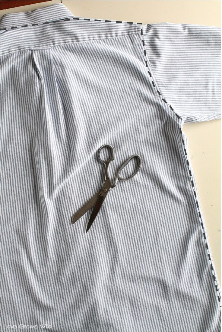 Quick DIY- only light sewing required. Takes advantage of the seams already there on a man's dress shirt. Voila! Men's Dress Shirt Apron tutorial