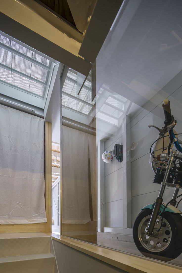 鰻の寝床型でもルーフテラスから入る光で家全体が一日中明るい設計。