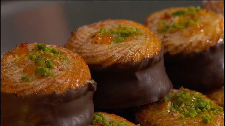 Mette Blomsterbergs skønne opskrift på små kransekager med den blødeste chokoladetrøffel som fyld. En ren nydelse, som dine gæster vil elske.