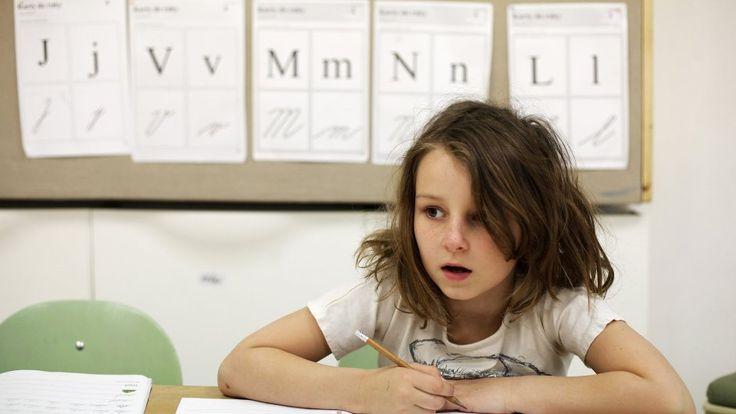 Žijeme v zajetí představy, že učitel musí organizovat práci třiceti dětem třicet hodin týdně. Dnešní typ vzdělávání nikdo nebere vážně, a přitom se všichni ujišťují, že jinak to nejde. Jedna věc nám na takovém systému vyhovuje: nemusíme se cítit odpovědní.