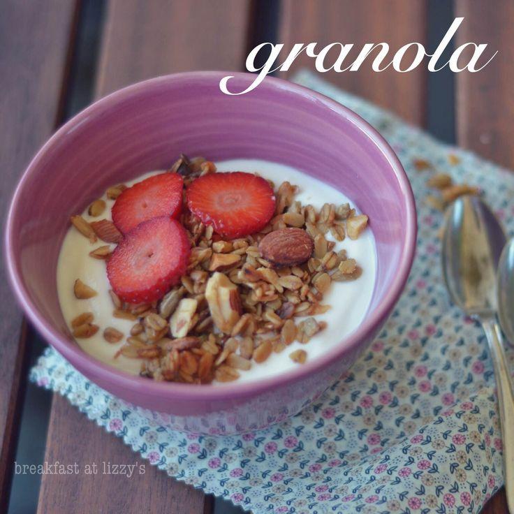"""Cereali per la colazione fatti in casa: granola....Avete presente il muesli, quello croccante, dolce e ricco di cose buonissime? Ecco, si può fare in casa!  Basta avere un pomeriggio uggioso e piovoso, una manciata di semini e cereali, un po' di cioccolato avanzato dalle uova di Pasqua e il gioco è fatto!  La ricetta che vi propongo oggi non è quella del muesli (che è il fratello """"famoso""""), ma si tratta della granola (che al contrario del muesli è cotta in forno), altrettanto buona e…"""