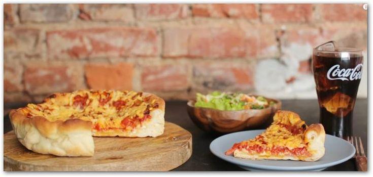 Пицца Сырная по-чикагски Чикагская пицца – это очень сытное блюдо, которое напоминает большой пирог. В качестве начинки используются сыр, пепперони, овощи и особый томатный соус с орегано и базил...