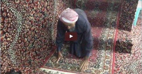 SUBHANALLAH.. Kakek Yang Cacat Sejak Kecil Ini Merangkak Selama 65 Tahun Demi Bisa Sholat Berjamaah Di Masjid (Video)