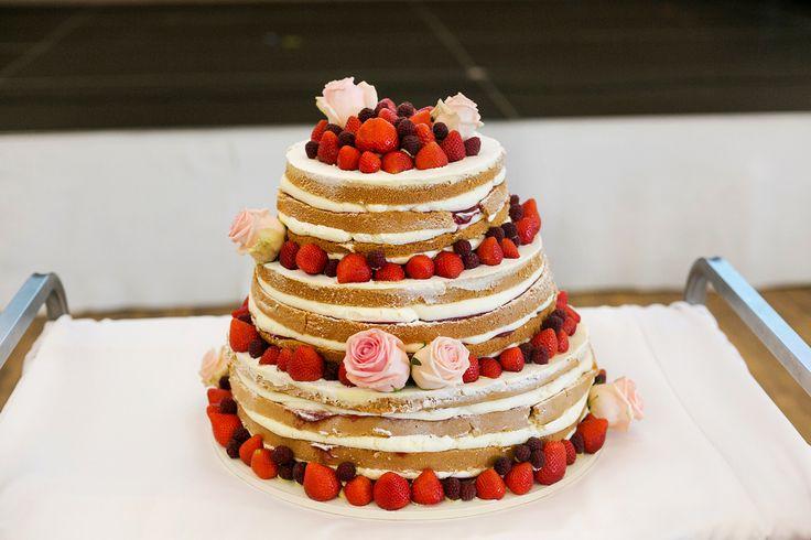 Třípatrový naked cake, dozdoben čerstvým ovocem a živými květy.