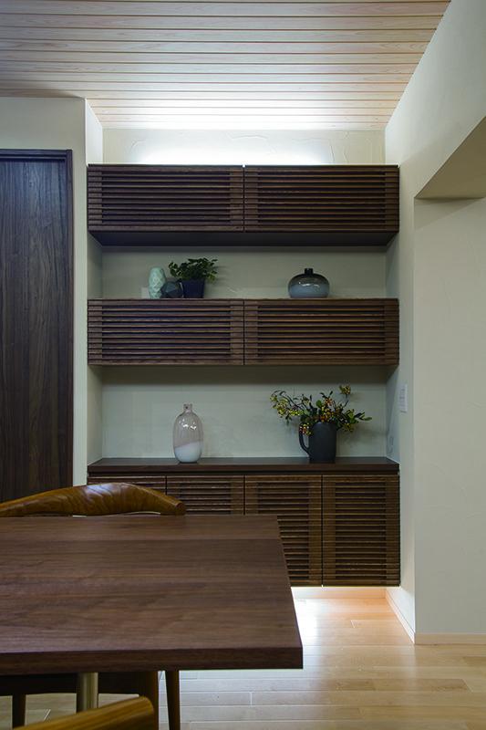 リビングボードとお揃いのデザインの飾り棚収納。 造りつけならではの設えです。|インテリア|ダイニング|ナチュラル|コーディネート|デザイン|おしゃれ|テーブル|モダン|飾り棚|リフォーム・リノベーション|