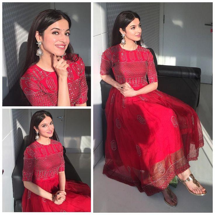 Beautiful outfit @gabashasha_ silver jhumkas @raabtabyrahul from @perniaspopupshop so pretty @anishagandhi3 @rochelledsa #promotions #sanamre #myoffice #ethnic #indian #divyakhoslakumar