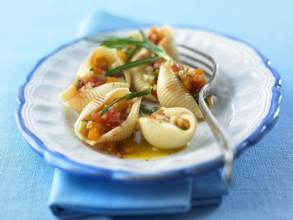 Conchiglie mit Gemüsesalat-Füllung ist ein Rezept mit frischen Zutaten aus der Kategorie Gemüse. Probieren Sie dieses und weitere Rezepte von EAT SMARTER!