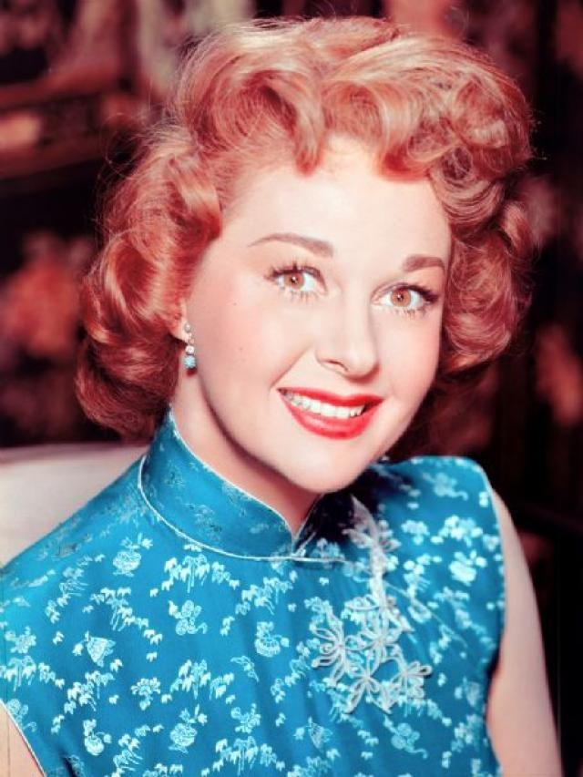 Susan Hayward (1917-1975) fue una destacada y legendaria actriz estadounidense, ganadora del premio Óscar 1958 y ganadora del Globos de Oro. En solo una década demostró ser una gran intérprete ya que lo abalan las 5 nominaciones al Oscar obteniéndolo en la última, su gran potencial interpretativo fue sin duda una de sus mayores cualidades a esta estupenda actriz. Durante en la época de los 50 fue aclamada por sus interpretaciones dramáticas.