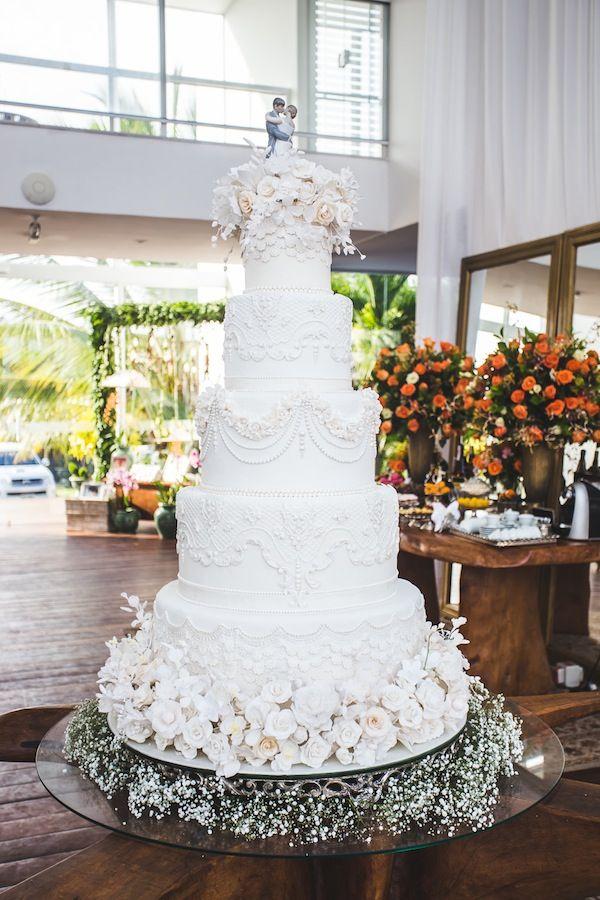Bolo de casamento com cinco andares, branco em pasta americana com flores de açúcar.
