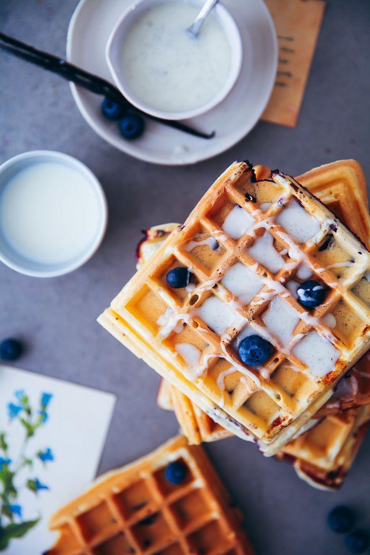 Blaubeer Waffeln mit griechischem Joghurt und Vanilleglasur