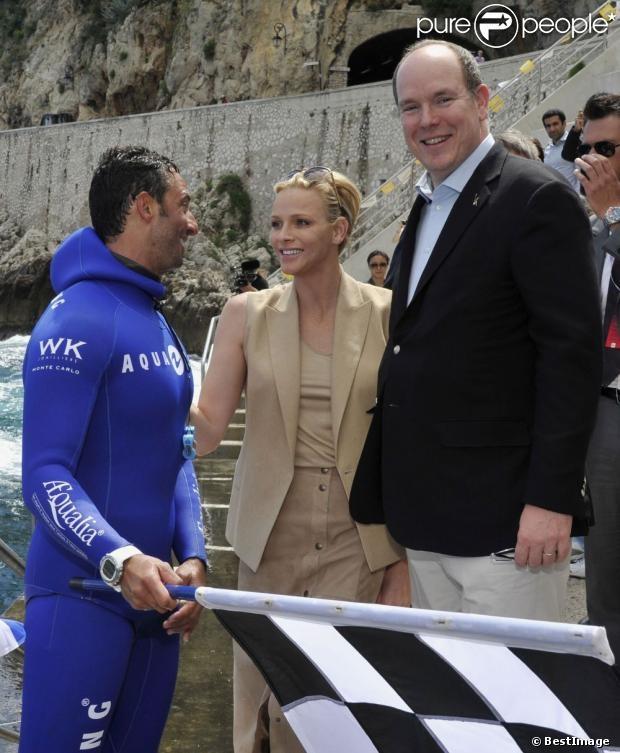 Le prince Albert de Monaco et son épouse Charlene ont assisté ce vendredi 24 mai 2013 à la descente en apnée de Pierre Frolla, parti chercher le drapeau à damier du Grand Prix de Monaco. Signés par les pilotes de F1, celui-ci sera vendu aux enchères au profit dune association, Aequalia.