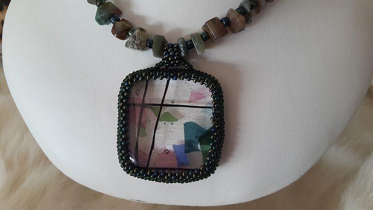 Collar hecho totalmente a mano con vidrio con diseños, esta  bordado con mostacillas y piedras semiprciosas  en tonos de verde .Es único e irrepetible Medida del colgante : 4,5cm x 4,3cm el collar es de 40cm