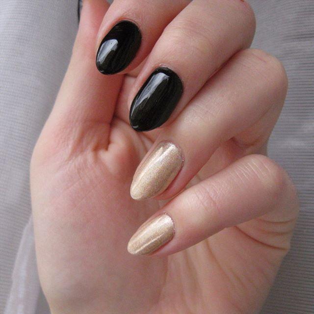 Black and holo ❤  #indigo #semilac #hybridnails #nailporn #manicurehybrydowy #ilovesemilac #nailpolishmaniac #holograpefruitgold #holoeffect #holo