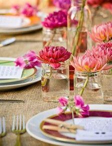 Kleurrijk tafeldekken met bloemen