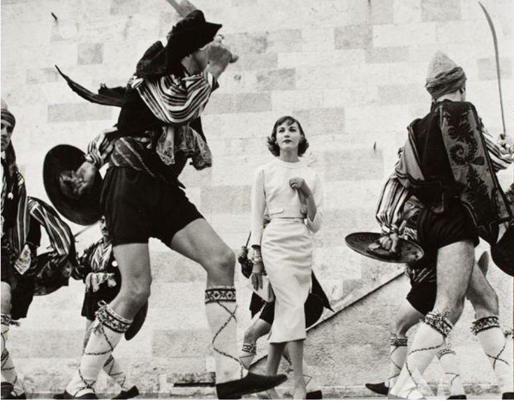 "saadet özen on Twitter: ""1955, Mademoiselle dergisi için İstanbul'da moda çekimi. Model: Betty Stokes. Foto: Hermann Landshoff. https://t.co/MWlZjVTwl7"""