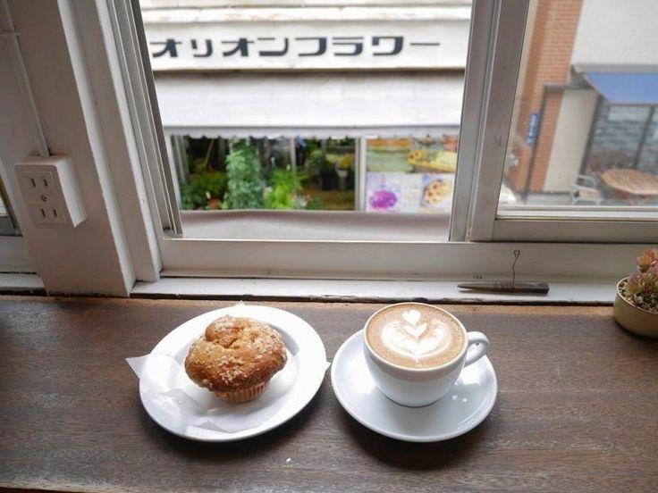 東京から日帰りで行くことができ、自然や歴史を感じられる観光スポット、山梨県甲府市。 そんな甲府には、本格派スペシャルティコーヒーを飲むことができるコーヒー好きには特におススメのカフェ「寺崎コーヒー」があります。 寺崎コーヒーは、甲府駅から少し離れた場所にある「オリオン・スクエア商店街」内にひっそりと営業している、知る人ぞ知るサードウェーブ系コーヒー店。 おいしいコーヒーを楽しんでもらうため、豆選びから焙煎まで自分たちで、というスタイルで店を始め、今では本格的なエスプレッソの飲める店として、地元を始め...