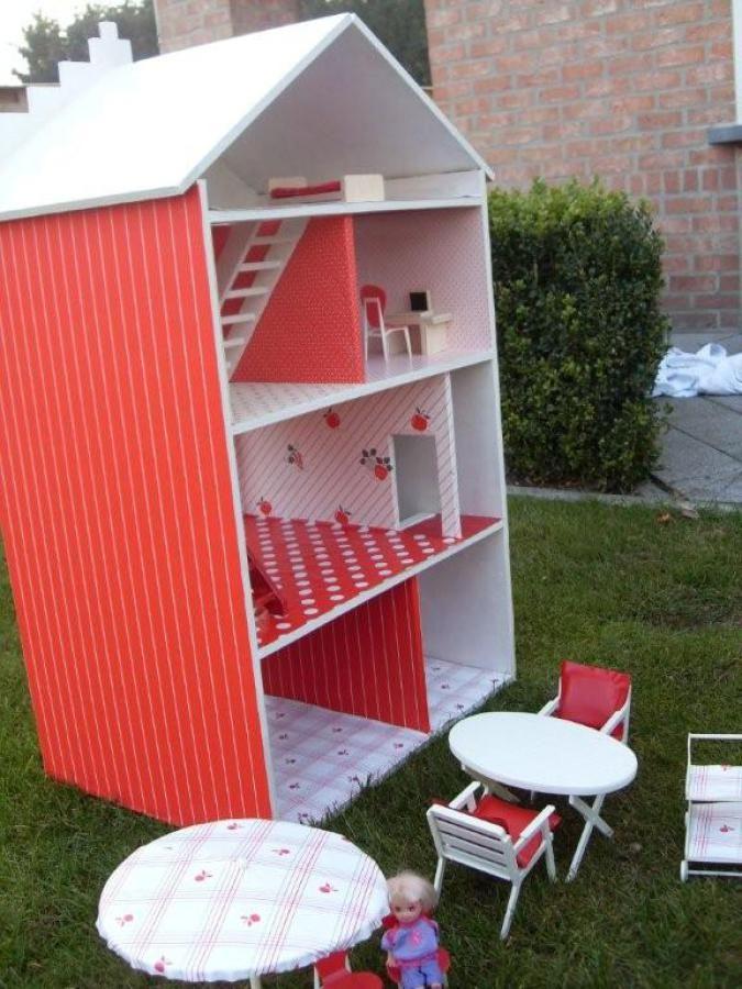 Ook voor de bekleding van een zelfgemaakt poppenhuis kun je plakfolie gebruiken!