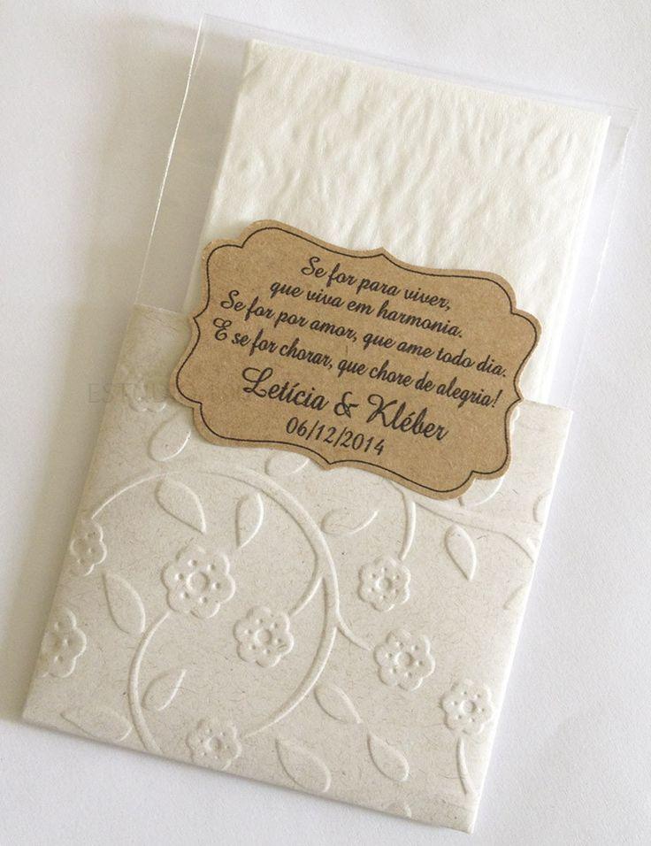 Lencinhos para convidados. <br>Embalagem com textura. <br>Combinacao das cores envelope e tag sao sugestões, podem ser variadas. <br>Tag personalizada. <br>2 lencinhos de papel de bolso. <br>Pedido minimo: 30 unidades