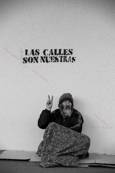 Las Calles son nuestras - Santiago de Chile Caminábamos por calle Portugal casi llegando a calle Curicó durante una marcha estudiantil, cuando de pronto aparece este señor alzando la mano, saludando a quienes pasábamos y fue notable el texto del stencil que coronaba su cabeza.