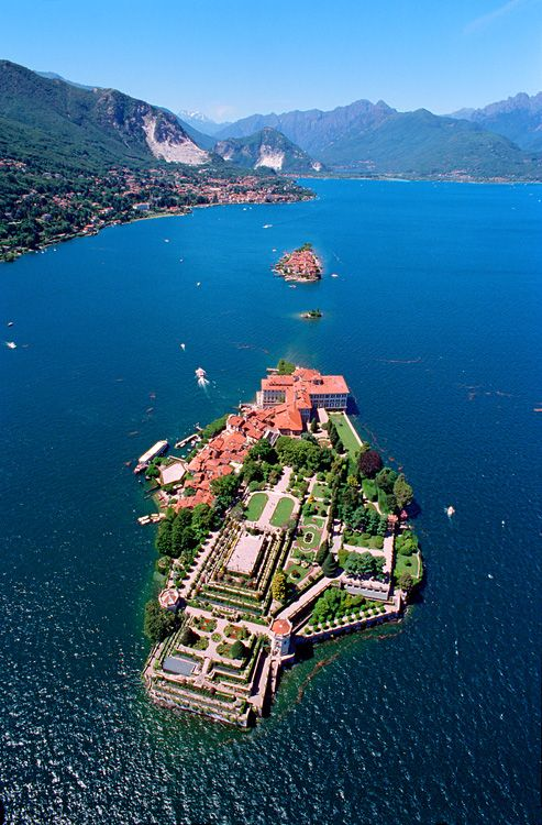 Isola Bella (Lake Maggiore) Palazzo  Borromeo e giardini (Borromeo Palace & gardens) (...1632...)