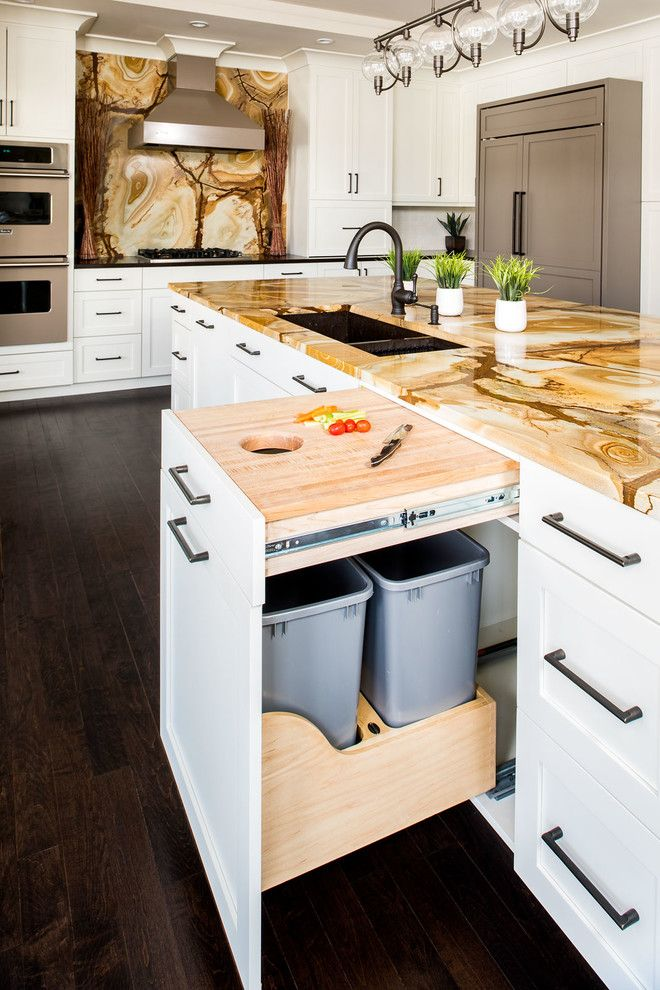 Kücheninsel im Design der Übergangsküche mit Granitplatte aus Steinholz und ...